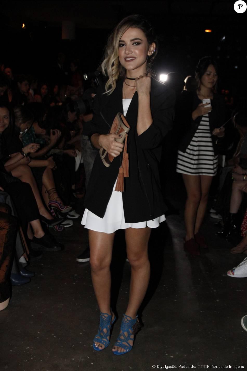 Manu Gavassi optou por vestido branco, blazer preto e sandálias azuis para ir à São Paulo Fashion Week, nesta segunda-feira, 19 de outubro de 2015
