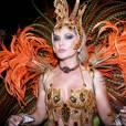 Este ano, a atriz desfilou como musa da Grande Rio, usando um colar com as iniciais do noivo, Jonathan Costa