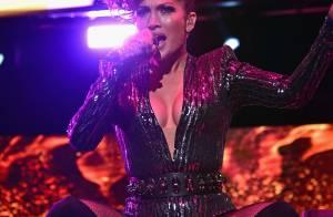 Aos 46 anos, Jennifer Lopez mostra boa forma com look decotado em show