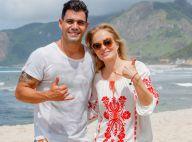 Juliano Cazarré fica sem camisa, surfa e conversa com Angélica em praia do Rio