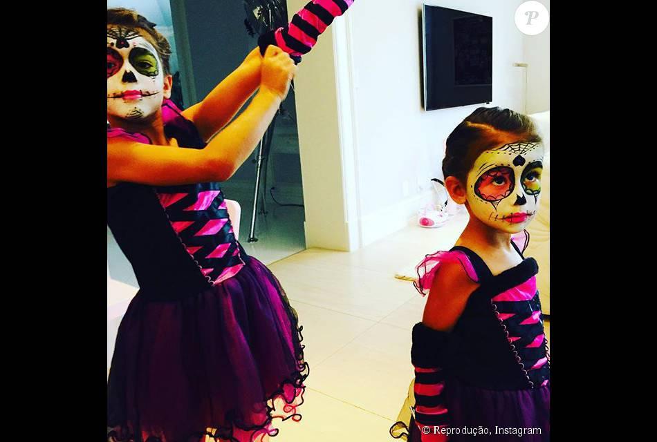 Adriana Lima mostrou as filhas Valentina e Siena prontas para comemorar o Halloween, celebrado no dia 31 de outubro