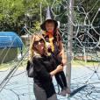 Tici Pinheiro também mostrou orgulhosa o look de Rafa Justus. A menina aparece em foto nas redes sociais com trajes de bruxinha. 'Festa de Halloween na escola da Rafa. Amo absurdamente', escreveu'