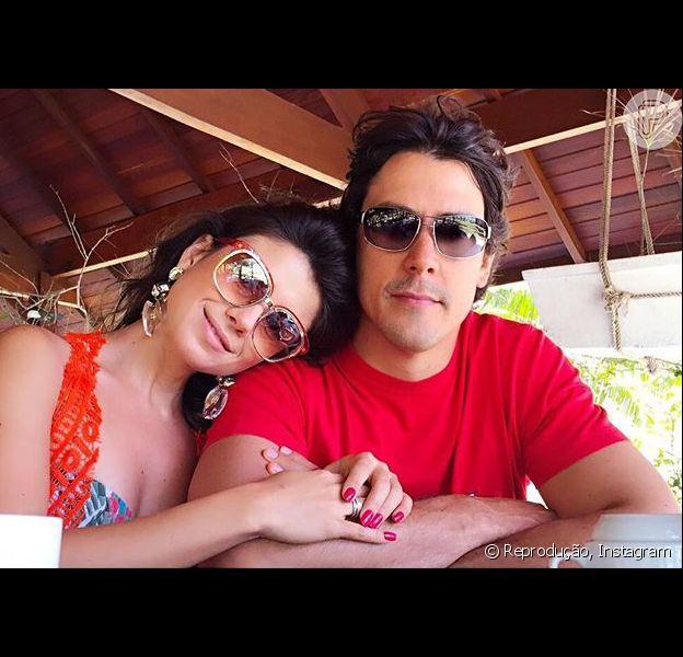 Paula Fernandes postou foto com o namorado, o dentista Henrique do Valle, após pedidos de fãs. 'Aniversário do momô, ele está super feliz', comemorou a cantora na noite desta sexta, 30 de outubro de 2015