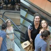 Grávida, Paloma Duarte exibe barriguinha em passeio com a mãe e o marido