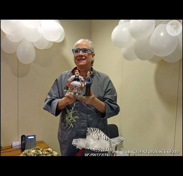 Vera Holtz é ovacionada pela equipe de 'Saramandaia' em festa surpresa de aniversário