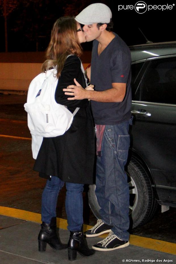 Paolla Oliveira e Joaquim Lopes se despedem com um beijo, em 10 de agosto de 2013