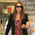 Paolla Oliveira vai ao aeroporto de óculos escuros e sobretudo