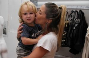 Danielle Winits leva o filho Guy à inauguração de seu brechó, no Rio