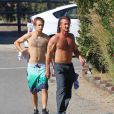 Sean Penn e seu filho, Hopper Jack, chegando em casa