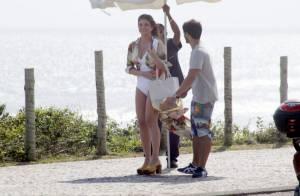 Cristiana Oliveira mostra boa forma de maiô em gravação de 'Salve Jorge' no Rio
