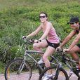 Bianca Bin e o marido têm o hábito de pedalar ao ar livre. Não é por acaso que a atriz exibe uma ótima forma