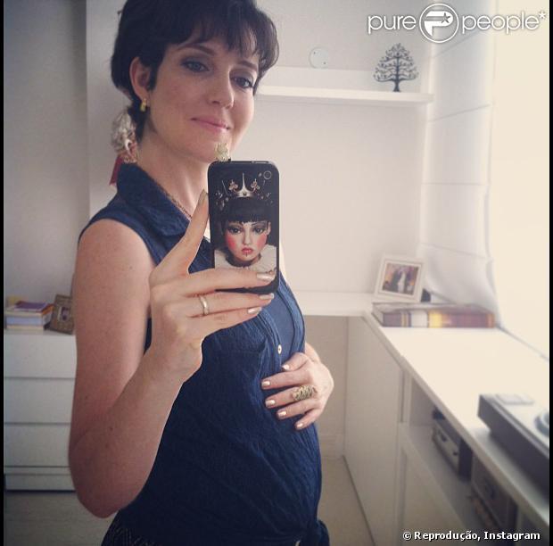 Larissa Maciel exibe barriga de grávida de quatro meses, em 3 de setembro de 2013
