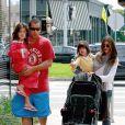 Adam Sandler costuma ser flagrado bastante à vontade em passeios com a família