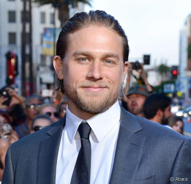 Charlie Hunnam, que viverá o Dr. Christian Grey em 'Cinquenta Tons de Cinza' ao lado de Dakota Johnson, afirma que tem muita química com a atriz