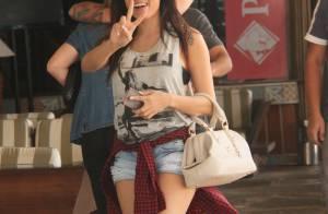 Anitta exibe boa forma usando shortinho jeans em almoço no RJ