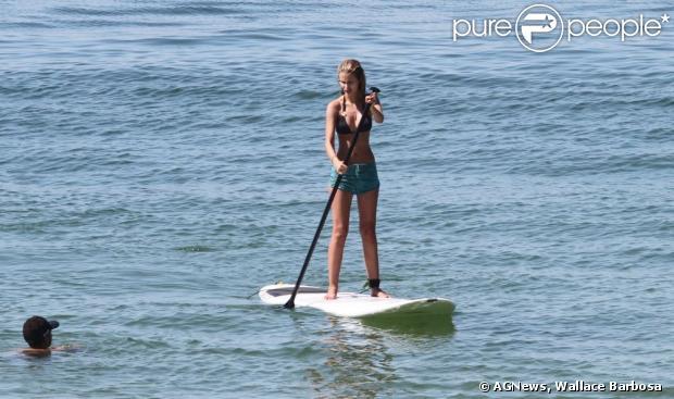Yasmin Brunet pratica stand up paddle, na praia de Ipanema, na zona sul do Rio, em 18 de dezembro de 2012
