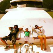 Alicia Keys passeia de iate com o marido e com o filho, e posa de biquíni