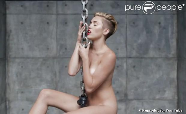 O pai de Miley Cyrus não repreendeu a nudez da filha no clipe da música 'Wrecking Ball', nesta quinta-feira, 12 de setembro de 2013