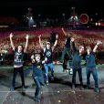 Dinho Ouro Preto pediu para que seus fãs levantassem as mãos para fazer essa foto, que foi publicada no facebook oficial da banda 'Capital Inicial'