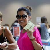 Mariana Rios é flagrada, toda estilosa, com a mãe, Adriana, em aeroporto do Rio