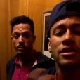 Neymar se divertiu com o companheiro de Barcelona Adriano ao cantar e dançar o funk 'Tá Tranquilo, Tá Favorável'