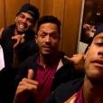 O trio Neymar, Adriano e Daniel Alves mostrou o momento de lazer na concentração do Barcelona enquanto cantava o hit 'Tá Tranquilo, Tá Favorável'