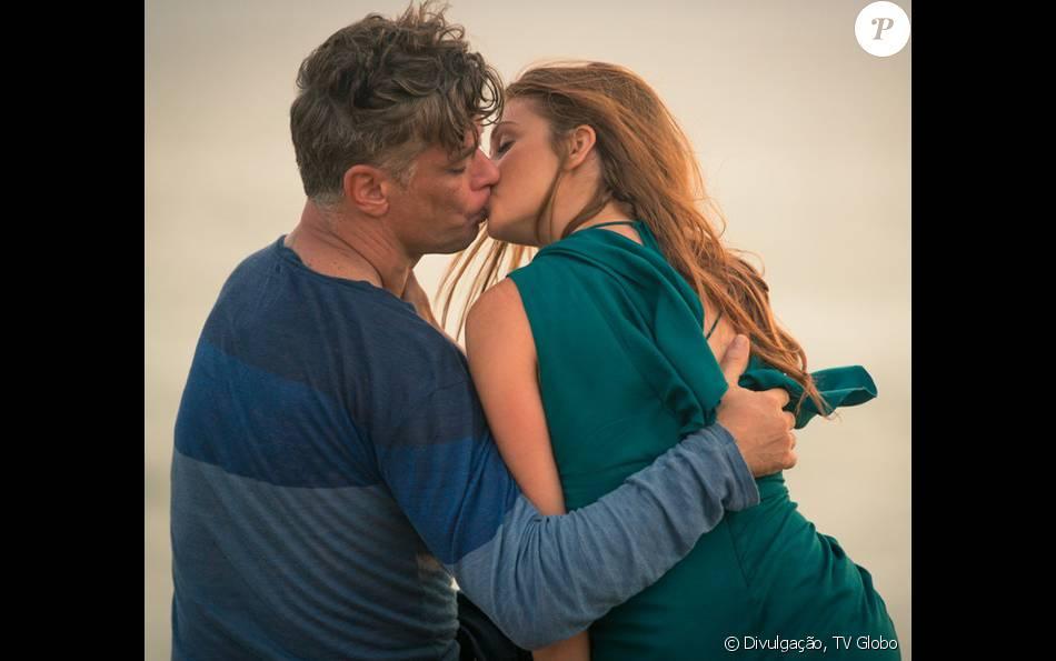 Eliza (Marina Ruy Barbosa) e Arthur (Fábio Assunção) se beijam de verdade no capítulo desta noite, 23 de fevereiro de 2016, da novela 'Totalmente Demais'