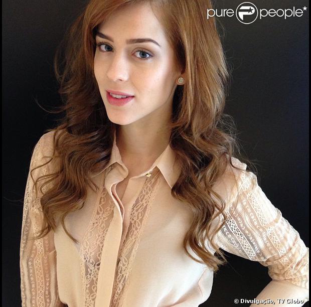 Natasha (Sophia Abrahão) descobre que é filha de Lídia (Angela Rebello) com o pai de Nicole (Marina Ruy Barbosa), em 'Amor à Vida', em outubro de 2013