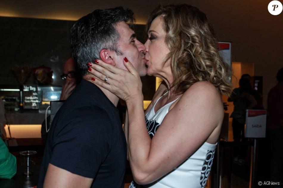 Claudia Raia troca beijos com o namorado, o ator Jarbas Homem de Mello, depois de estreia de peça no Rio. Peça aconteceu na sexta-feira, 26 de fevereiro de 2016