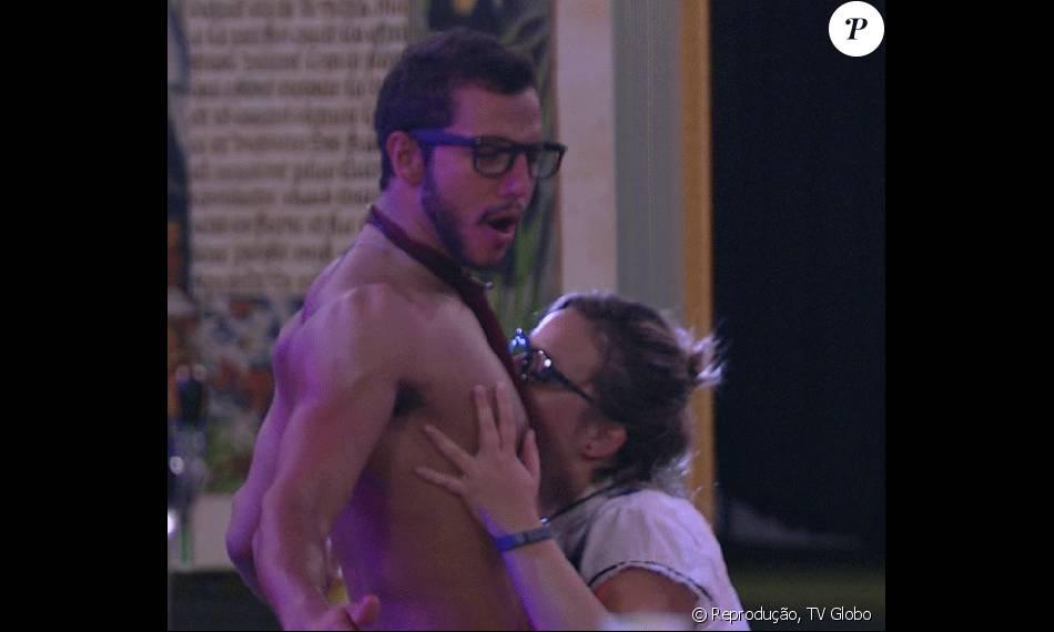 Maria Cláudia seduz Matheus na Festa Sabedoria na madrugada de domingo, 28 de fevereiro de 2016