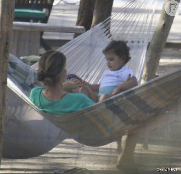 Grazi Massafera curtiu o dia de sol no Rio de Janeiro para brincar com sua filha em um parque à beira da praia da Barra da Tijuca, na Zona Oeste da cidade