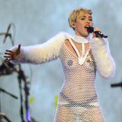 Miley Cyrus exibe look transparente e chora em show após término de noivado
