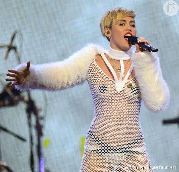 Miley Cyrus escolhe figurino provocante para se apresentar no IHeartRadio Music Festival, em Las Vegas, em setembro de 2013