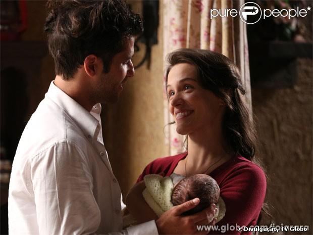 Franz (Bruno Gagliasso) leva a filha para visitar Amélia (Bianca Bin) no presídio, em 'Joia Rara', em 30 de setembro de 2013