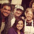 Emílio Dantas reunido com o elenco de 'Dona Xepa', da Record