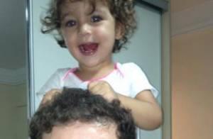 Cantor Pedro Leonardo posa alegre com a filha. 'Já cantando e feliz', diz amiga