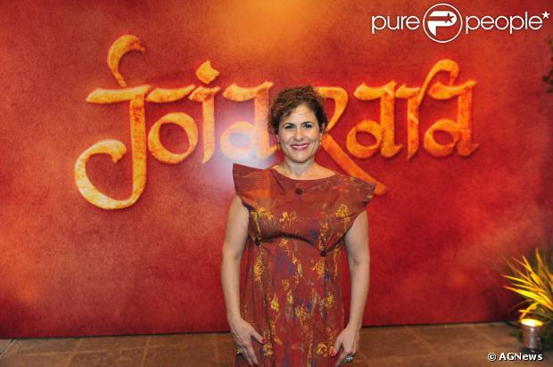 Duca Rachid, autora de 'Joia Rara', apostou em um vestido com um corte que não a valorizou, deixando-a maior do que realmente é, na festa de lançamento da novela, em setembro de 2013