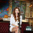 Sophia Abrahão fez um pocket show para os fãs e cantou 'Flores', seu segundo single