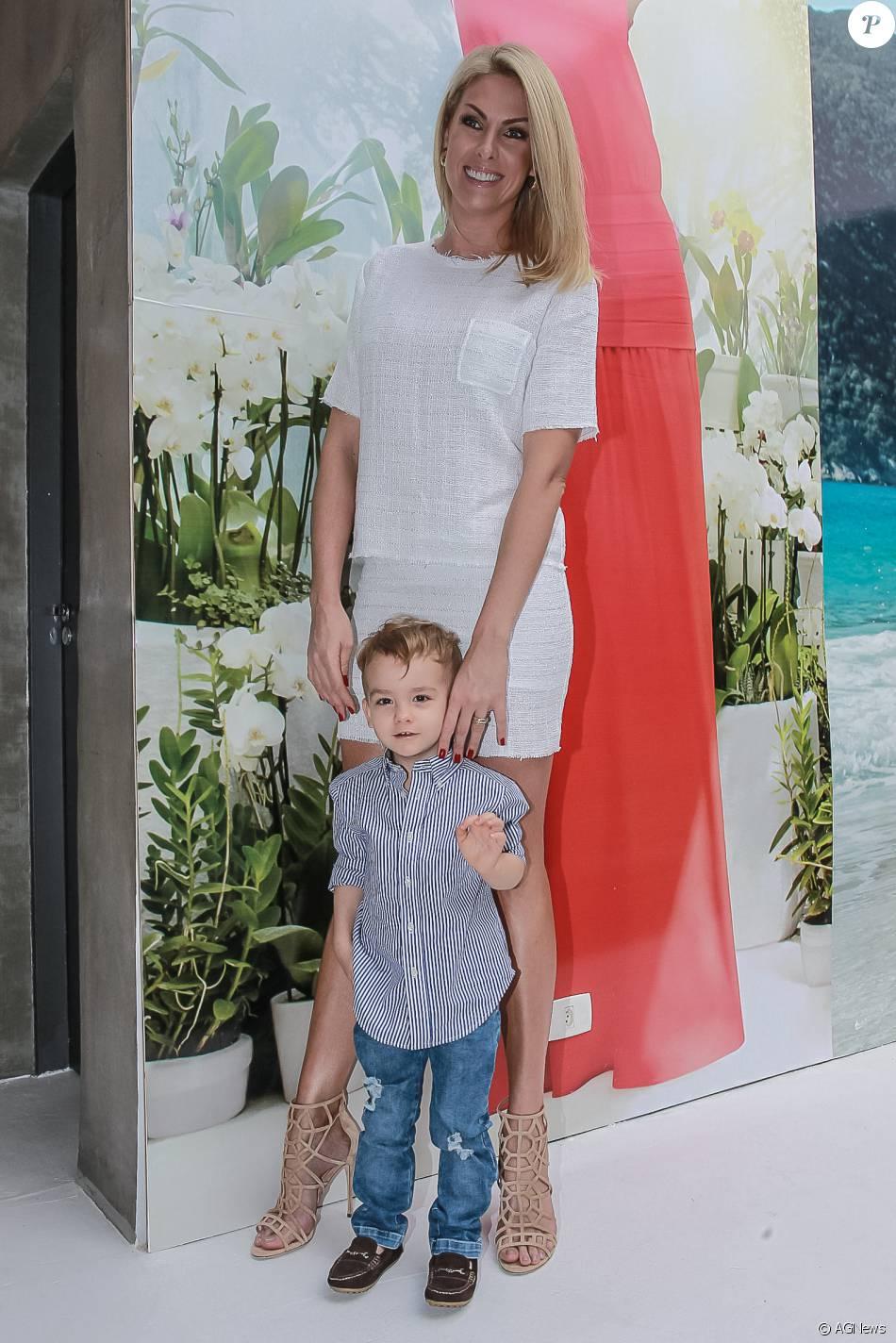 eed4a722614dc Ana Hickmann levou o filho, Alexandre Jr., para lhe fazer companhia durante  a apresentação de sua primeira coleção de moda autoral, chamada de My  Secret ...