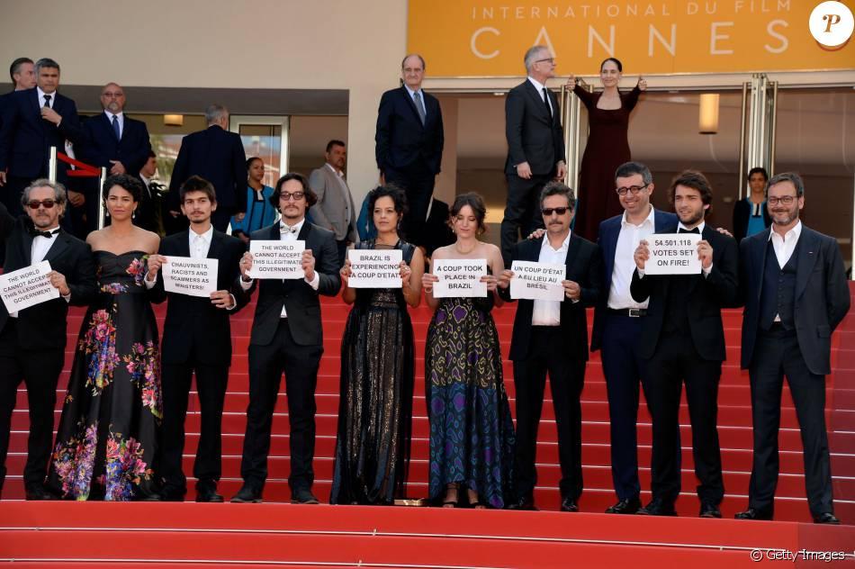 Elenco do longa 'Aquarius' protesta contra impeachment de Dilma Rousseff no tapete vermelho de Cannes nesta terça-feira, dia 17 de maio de 2016