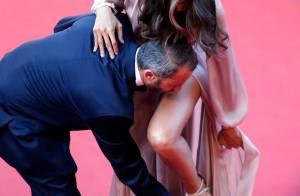 Izabel Goulart se atrapalha e pisa no vestido com salto da sandália em Cannes
