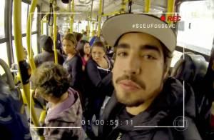 Caio Castro anda de ônibus e fala da vida pessoal: 'Tem semana que não beijo'