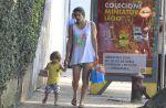 Priscila Fantin usa shortinho para buscar filho na escola e exibe pernas saradas