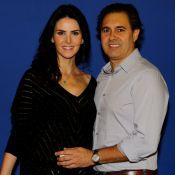 Lisandra Souto posa sorridente ao lado do namorado em pré-estreia, no Rio