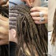 Por fim, cabelo natural e artificial são misturados e presos com grampos para ajudar na fixação do penteado