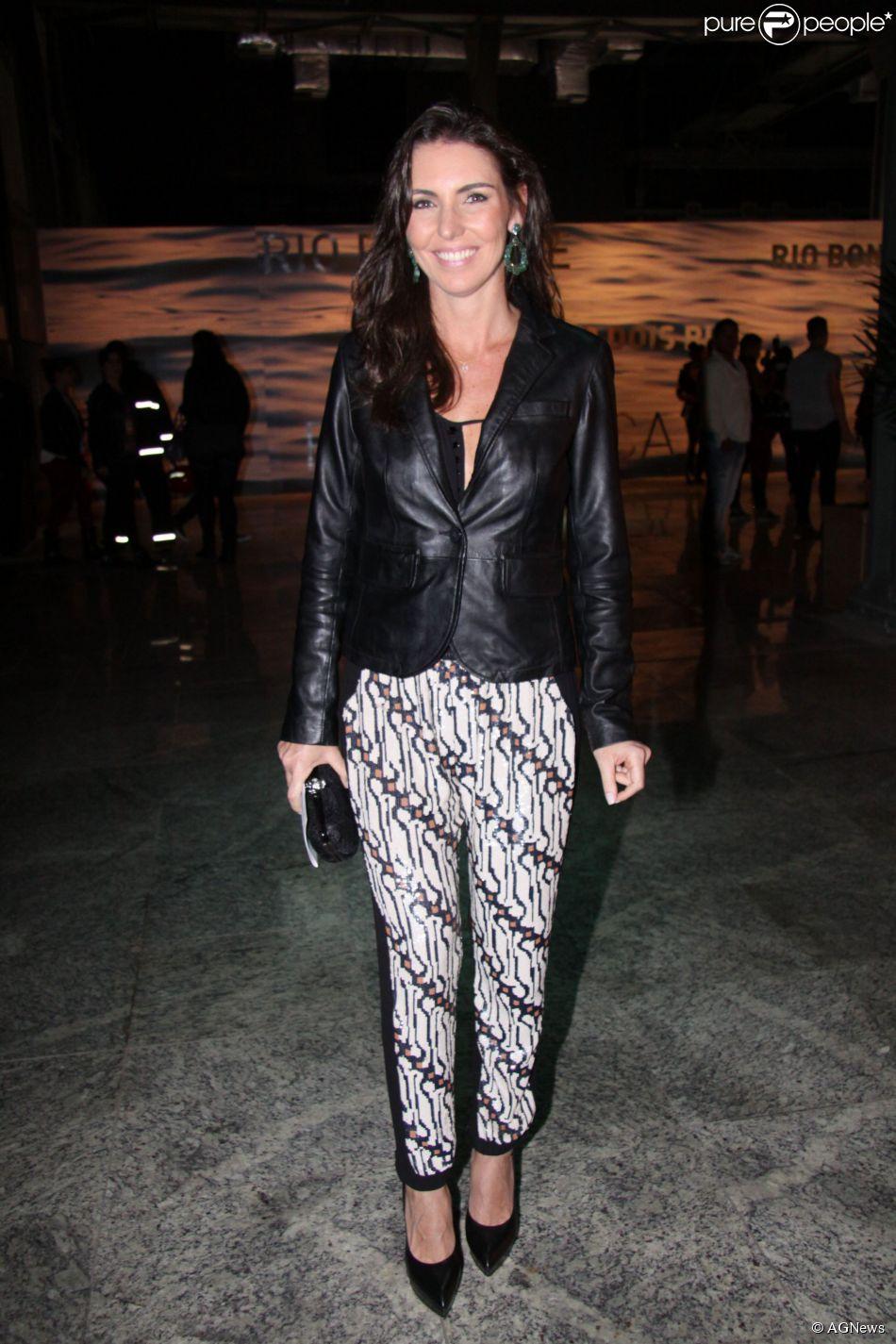 b935d3ba8 Glenda Kozlowski usa look com peças da marca Animale, composto por jaqueta  de couro e calça com detalhes em brilho