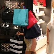 Juliana Paes, cheia de sacolas, deixa barriga de grávida aparecer em passeio