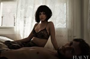 Selena Gomez posa sexy, só de lingerie, com modelo na cama