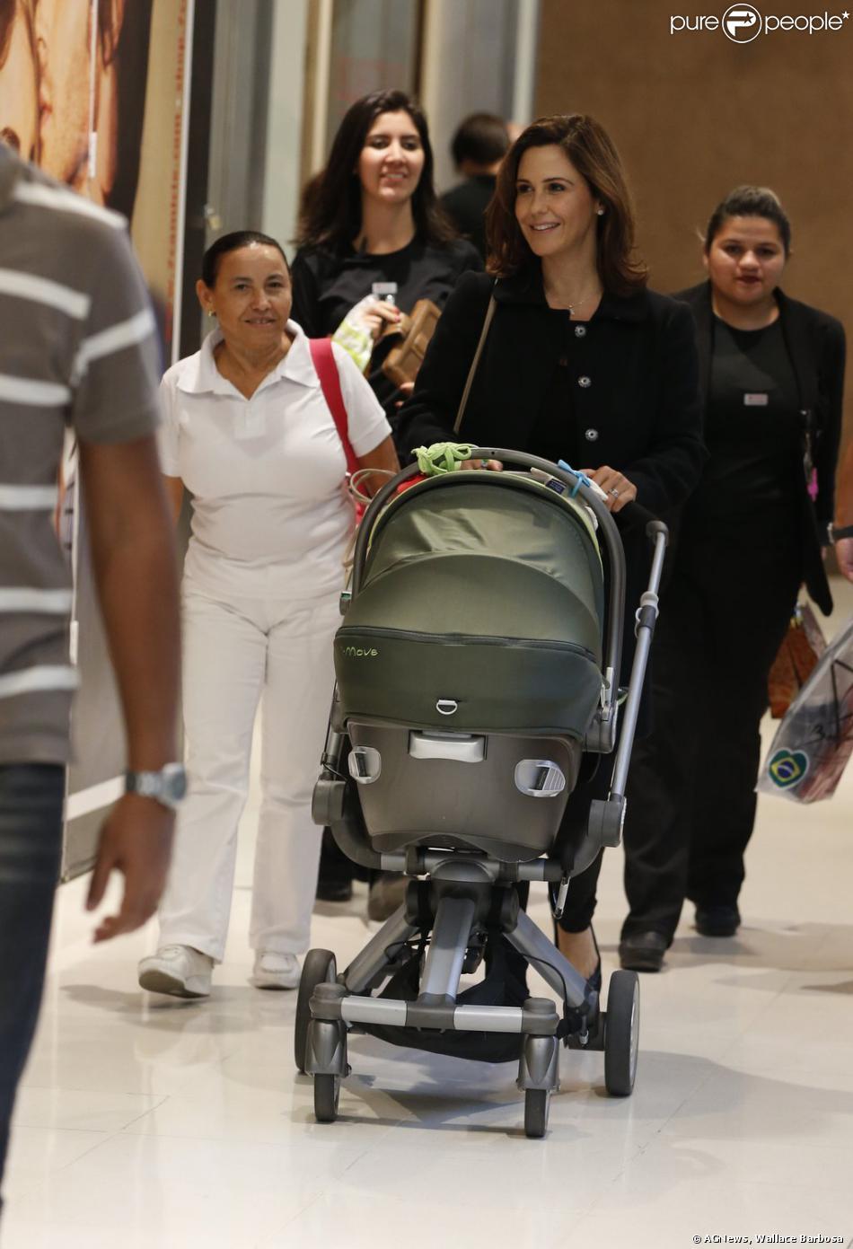Guilhermina Guinle voltou a ser flagrada durante passeio com a filha, Mina, de apenas 2 meses, nesta segunda-feira, 18 de novembro de 2013