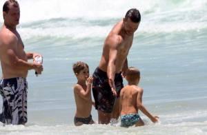 Rodrigo Hilbert aproveita feriado ao lado dos filhos gêmeos em praia do Rio